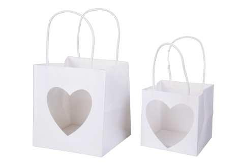 Papiertasche mit Herzfenster